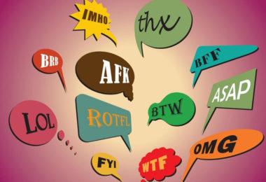 Diminutifs aux États-Unis : Décoder le langage des sigles