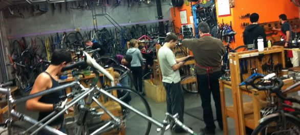 The Bike Kitchen à San Francisco - Mécano du vélo !