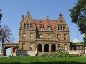 Pabst_Mansion_in_Milwaukee_seen_from_Wisconsin_Avenue