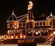 Huntington Harbour se pare de mille lumières à l'occasion de la « Cruise of Lights »
