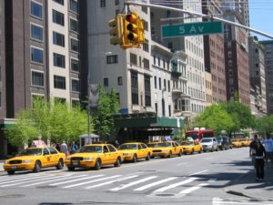 new-york-5eme-avenue-taxis-jaunes-etats-unis