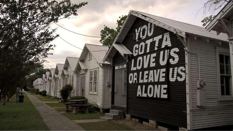 texas-humour-affiches-pancartes-images-attention-dinosaures-prevention-routiere-aimons-nous-les-uns-les-autres