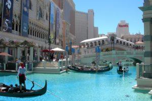 Venetian_Hotel_-_Lago_artificiale_con_gondole_-_Las_Vegas_-_agosto_2011